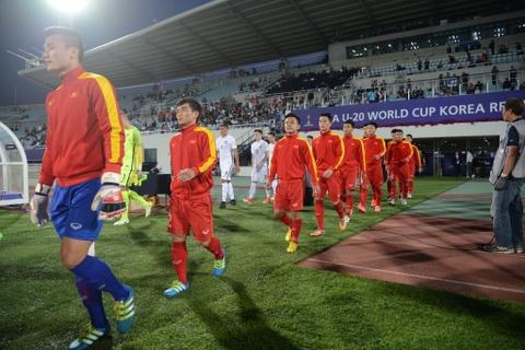 Giay phut thieng lieng khi Quoc ca Viet Nam vang len giua World Cup hinh anh 1
