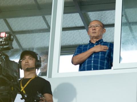 HLV Park Hang-seo tru mua trong cabin binh luan 'xem gio' cau thu U23 hinh anh