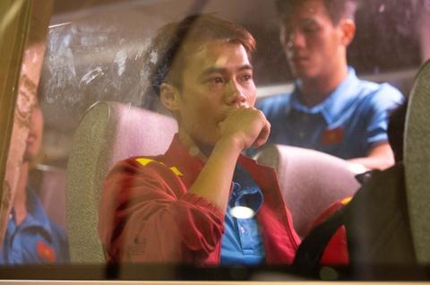 Văn Toàn trầm ngâm trở về Hà Nội sau trận đấu bị tước bàn thắng