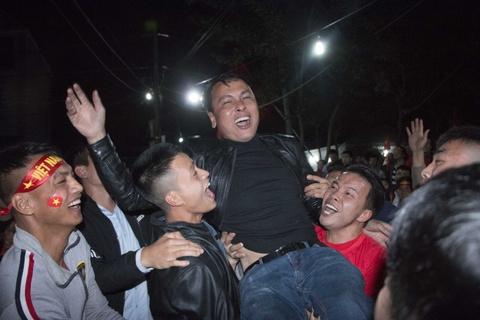 Bố Quang Hải được hàng xóm công kênh sau khi Việt Nam vô địch AFF Cup