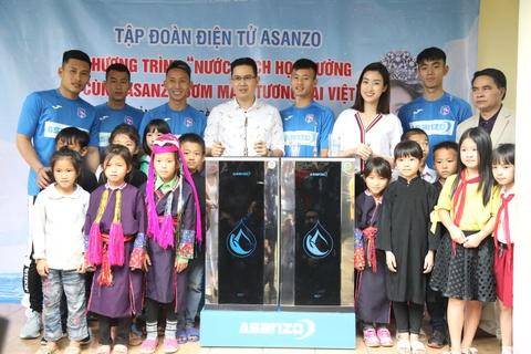 CLB Quang Ninh gop phan dua nuoc sach toi cho tre em vung cao hinh anh 1