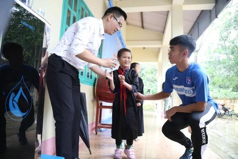 CLB Quang Ninh gop phan dua nuoc sach toi cho tre em vung cao hinh anh 2