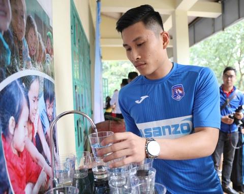 CLB Quang Ninh gop phan dua nuoc sach toi cho tre em vung cao hinh anh 4