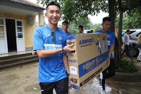 CLB Quang Ninh gop phan dua nuoc sach toi cho tre em vung cao hinh anh 6