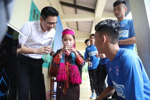 CLB Quang Ninh gop phan dua nuoc sach toi cho tre em vung cao hinh anh 8