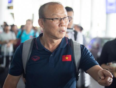 Tuyển Việt Nam về đến Nội Bài sau khi giành ngôi á quân King's Cup - Ảnh 9.