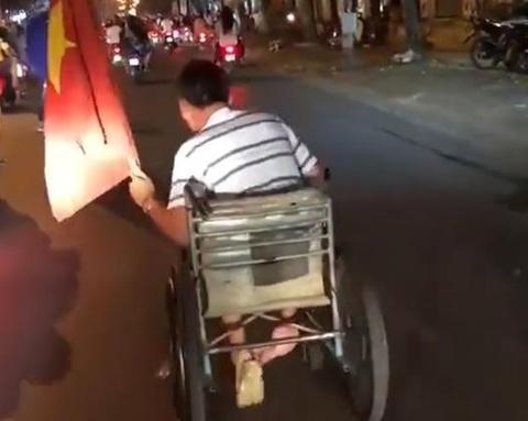 CDV khuyet tat an mung chien thang doi tuyen Viet Nam gay xuc dong hinh anh