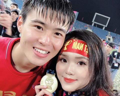 Duy Mạnh, Huy Hùng ôm hôn và tặng huy chương vàng cho bạn gái