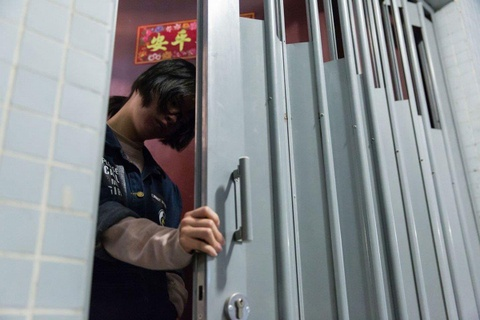 Gioi tre Hong Kong nam li trong phong, song cach ly voi the gioi hinh anh 1