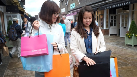 Giàu như phụ nữ Trung Quốc, ném tiền vào hàng hiệu để giải tỏa áp lực