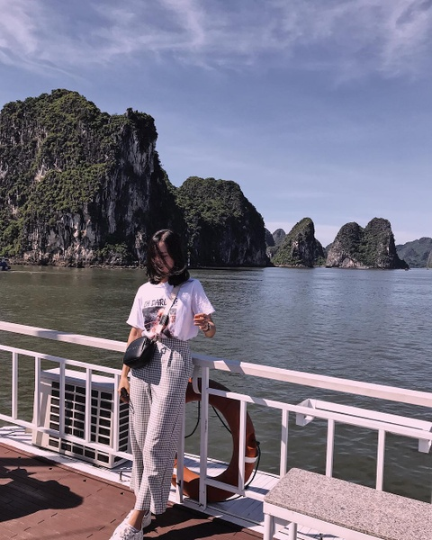 Kham pha vinh Ha Long qua anh check-in cua gioi tre he nam nay hinh anh 2