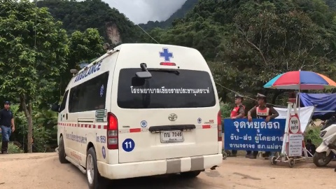 Xe cuu thuong cap toc den cua hang Tham Luang chieu 9/7 hinh anh