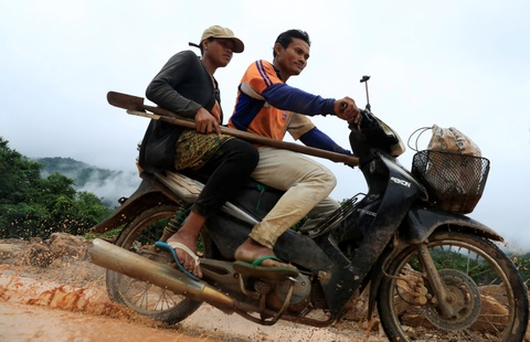 15 bac si Viet Nam den Lao tham kham cho nan nhan vu vo dap hinh anh