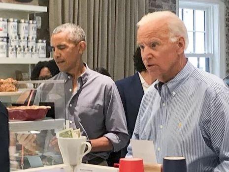 Obama - Biden dung bua trua gian di o Washington hinh anh