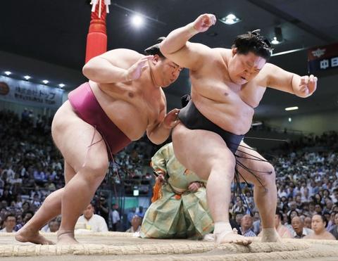 Ten tuoi lon trong lang sumo quy tu tai giai dau mua thu o Nhat hinh anh