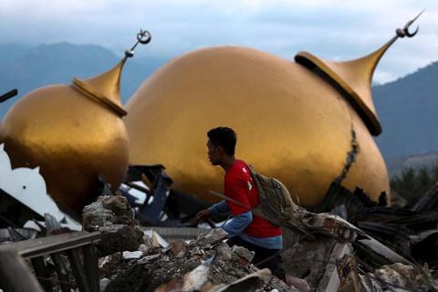 1 tuan sau tham hoa kep, Indonesia chong choi dich benh vi cac thi the hinh anh