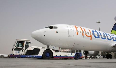 Hãng bay Dubai bắt người khuyết tật tiểu vào chai, mua chăn phủ