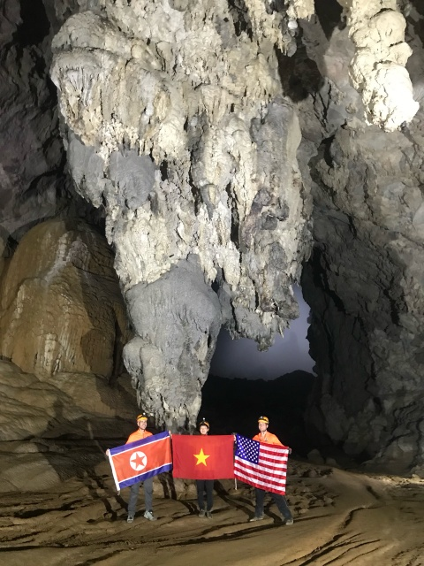 Treo co Viet, My, Trieu trong hang Son Doong, quang ba du lich Viet hinh anh 6