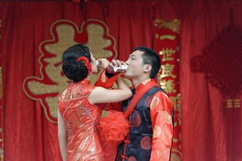 Khong 'cuoi truoc roi yeu', gioi tre Trung Quoc chiu ap luc hon nhan hinh anh