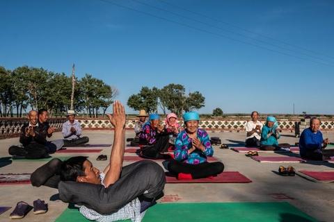 Nguoi gia 'tre hoa' tai ngoi lang yoga dau tien cua Trung Quoc hinh anh 6