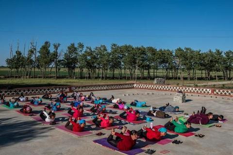 Nguoi gia 'tre hoa' tai ngoi lang yoga dau tien cua Trung Quoc hinh anh 3