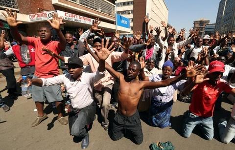 Bat on hau bau cu tai Zimbabwe: Quan doi na dan vao nguoi bieu tinh hinh anh 6