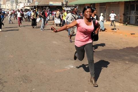 Bat on hau bau cu tai Zimbabwe: Quan doi na dan vao nguoi bieu tinh hinh anh 5