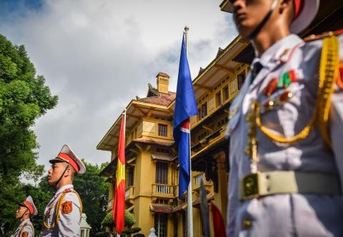 Co ASEAN tung bay trong le thuong co ky niem 51 nam thanh lap hinh anh 8