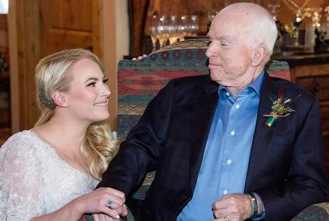 Loi chia se xuc dong cua 'co con gai be bong' voi TNS John McCain hinh anh