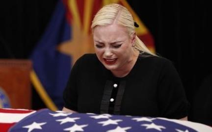 Con gai TNS John McCain khoc nuc no trong le tang cha hinh anh