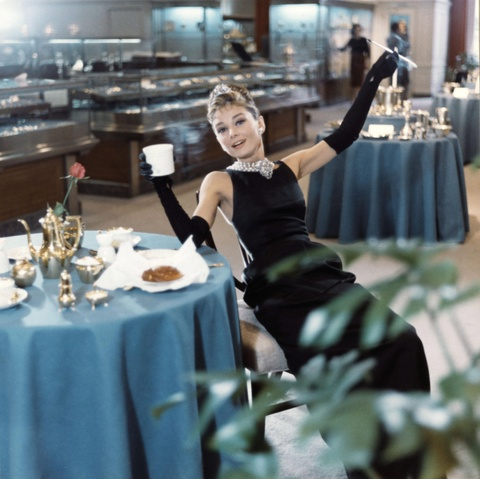 'Copy' phong cach thoi trang cua Audrey Hepburn de mac dep quanh nam hinh anh 1
