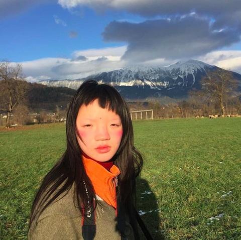 Nguoi mau Thuong Hai duoc Vogue khen, nhung bi dan mang Trung Quoc che hinh anh 2