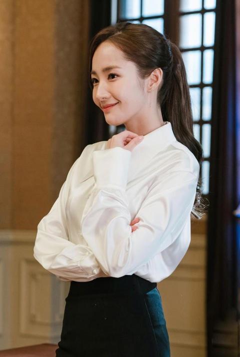 Thoi trang cua Park Min Young xuong cap sau khi dong vai Thu ky Kim? hinh anh 3