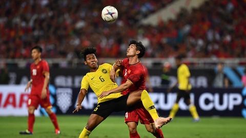 Tinh huong Cong Phuong, Quang Hai bi cau thu Malaysia choi xau hinh anh