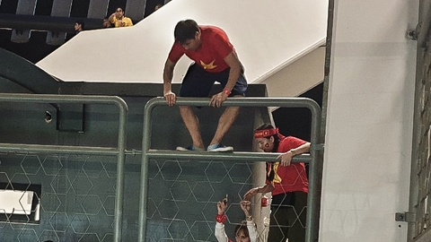 Bi an ninh Malaysia ngan can, CDV treo rao vao xem chung ket AFF Cup hinh anh