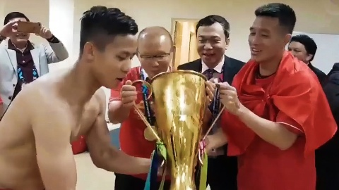 Video HLV Park cung hoc tro lay cup vo dich uong bia an mung hinh anh