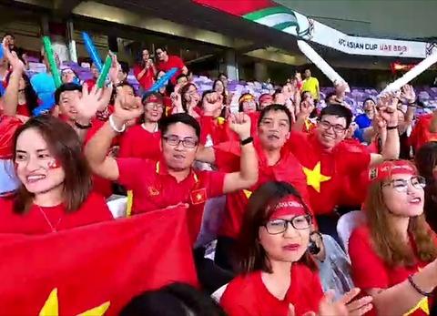 CĐV Việt Nam tại UAE ăn mừng bàn thắng của Quang Hải