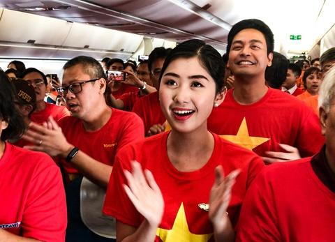 MC Phan Anh cung CDV Viet Nam hat quoc ca tren chuyen bay toi Dubai hinh anh