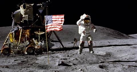 Neil Armstrong va Buzz Aldrin cam co tren mat trang hinh anh