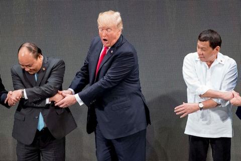 Tong thong Trump boi roi truoc man bat tay kieu ASEAN hinh anh 3
