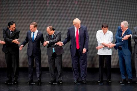Tong thong Trump boi roi truoc man bat tay kieu ASEAN hinh anh 2