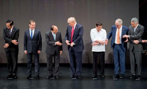 Tong thong Trump boi roi truoc man bat tay kieu ASEAN hinh anh 1