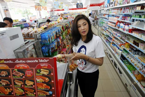 Ba Yingluck bi bat gap dang mua sam tai London hinh anh