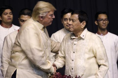 TT Duterte hat tinh ca chao don TT Trump tai tiec chieu dai hinh anh