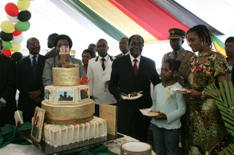 Cuu tong thong Zimbabwe mat 'sieu sinh nhat' truyen thong hinh anh 2
