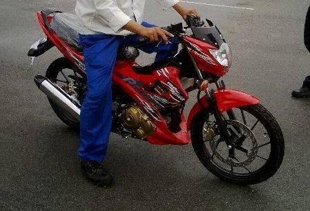 Xe con tay Suzuki Raider lo gia ban 50 trieu dong tai VN hinh anh