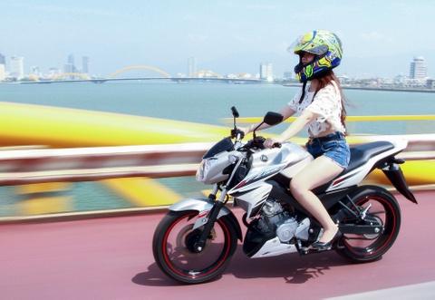 Thieu nu Da Nang dieu da ben xe con tay Yamaha FZ150i hinh anh