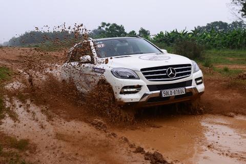 Xe sang Mercedes-Benz trinh dien off-road o Ha Noi hinh anh