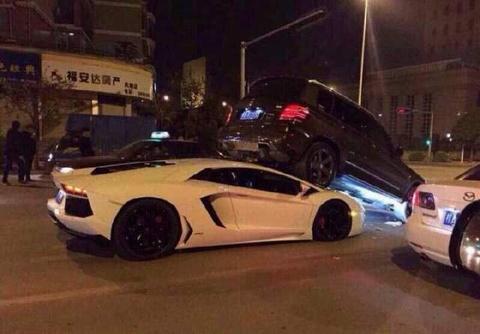 Lamborghini Aventador ruc gam Mercedes GLK hinh anh