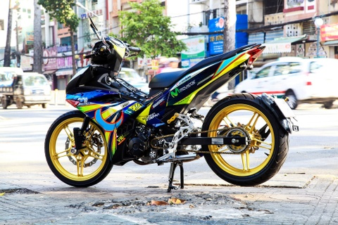 Biker Thai Nguyen do dan ao Exciter 150 phong cach Rossi hinh anh